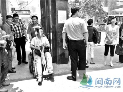 小黄坐着轮椅离开考场