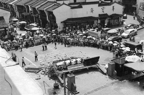 杭州清河坊牌坊倒了