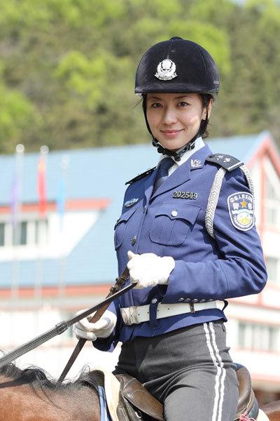 组图:全球各地美女警花实拍交罚款也心甘情愿