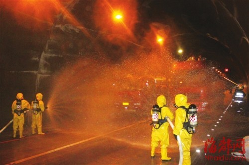 消防官兵穿着防化服小心堵漏,以免汽油发生燃烧爆炸