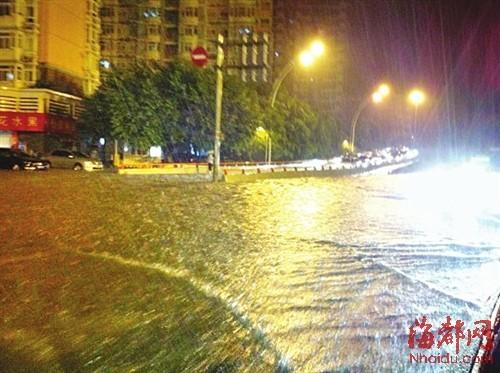 昨晚11点左右突降大雨,由于雨量较大,造成福州部分路段积水。记者在总院附近看到,路面积水已经过踝 昨夜11:40本报记者吴光辉摄于总院附近