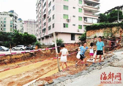 福州危房拆除 百米宽大坑成危险游乐场
