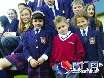 日本的校服一般是校方委托制作的