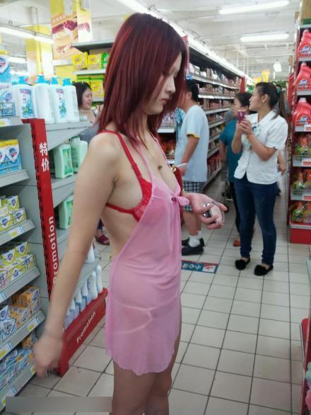 组图:红钢城奇葩女衣不遮体泡商场网络爆红
