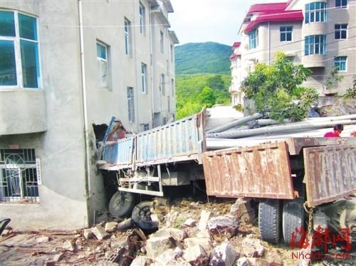 货车冲下道路,撞坏路边民房