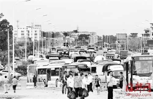 昨日中午十二点半,一部货车在乌龙江大桥上翻车,导致大堵车,车流一直从桥上延伸到福峡路
