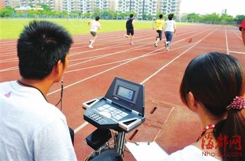 体能测试,长跑可以说是最难过的一关,学校利用高科技仪器,准确测量每个学生的成绩