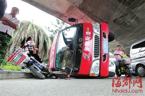 福州一货车太高硬闯桥底 侧翻险压骑车人