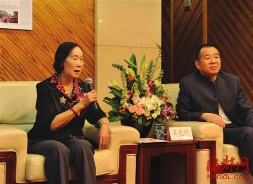 徐悲鸿遗孀廖静文(左图)