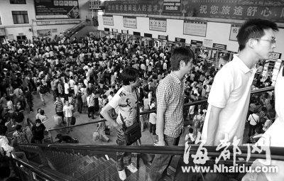 福州汽车北站出行的旅客人山人海
