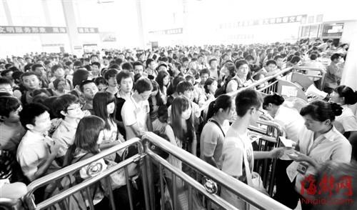 福州汽车南站内,客流量大增,堪比春运
