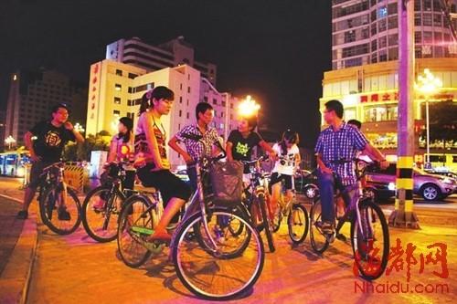 一年多来,这群白领骑着单车,在夜间绕行福州城