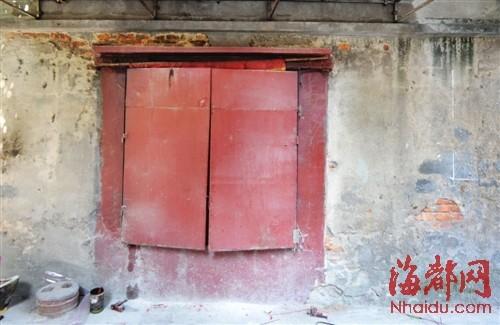 """""""我们给庙设计了两扇铁门,平常开着,必要时把庙门关起来."""