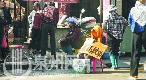 魏某有腿疾的老母在菜市场路口求助路人施舍