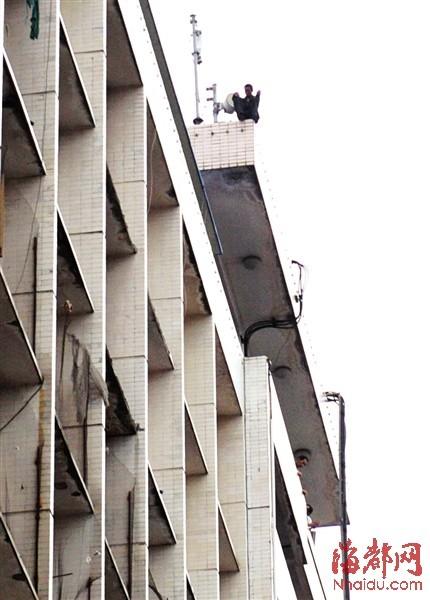昨日下午5点左右,他就爬上楼顶,直到晚上9点多,才被劝下楼