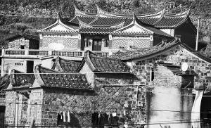 青石垒成的石头房和修葺一新的祖祠成为一景