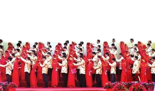 百个新郎一齐揭下新娘红盖头