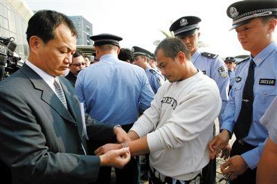 昨日,两地警方换械移交犯罪嫌疑人仪式现场。