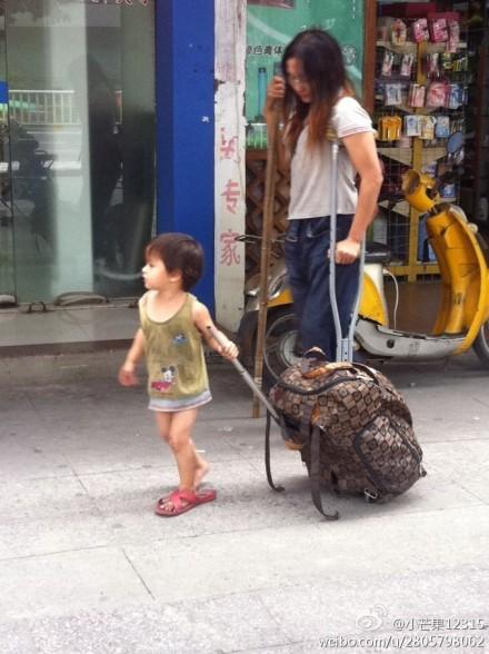 拄拐女带赤裸女童福州沿街乞讨 疑是人贩子