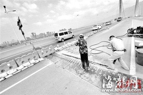 工人正在大桥伸缩缝处施工