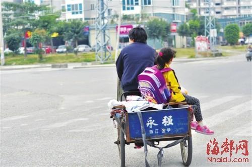 在接孩子的轿车、电动车中,也有骑着三轮车的蹒跚背影