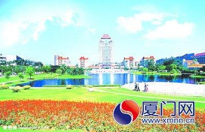 厦大花红柳绿,鲜艳夺目,更富有南国风采。