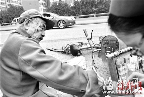 福州7旬大爷骑车逆行 被小车撞伤满脸是血