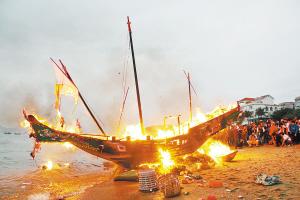 厦门老城区一年一度的民俗盛典烧王船祭海神