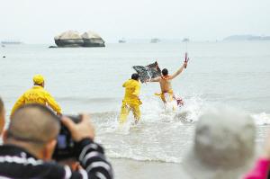 祭祀人奔向大海