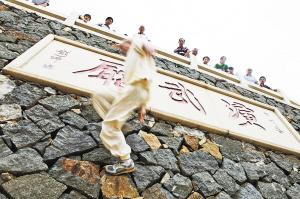 """释理亮在表演""""飞墙走壁""""绝技,目前他能上墙手触4.2米高点"""