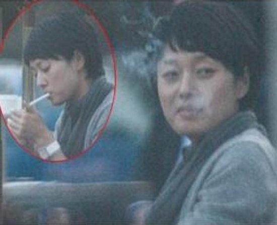 组图:细数吸烟的女星倪萍难得一见的抽烟照片
