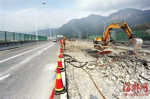 洋里特大桥中段两个车道的路面被挖开