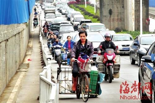 非机动车道实在太窄,骑车人纷纷与机动车抢道