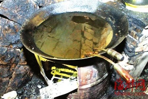 炸油饼的锅里,黑黑的油还冒着热气