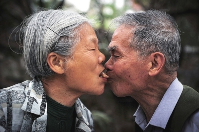 """八旬夫妇演绎福州版""""爱情天梯""""故事"""