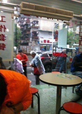 小吃店老板娘为乞讨老人盛饭装水 网友赞有爱