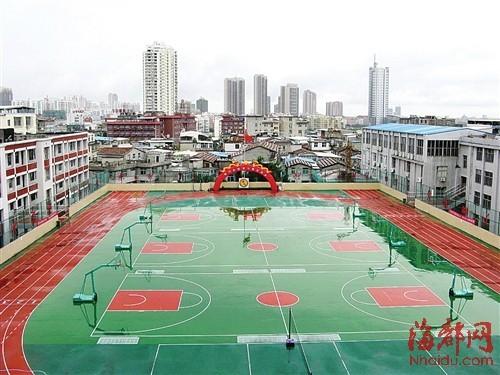 位于三楼的空中操场,学生课间操及体育课都在此进行