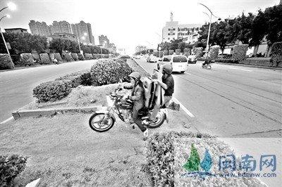 仕公岭烈士陵园路段,人车横穿绿化带缺口,事故多发