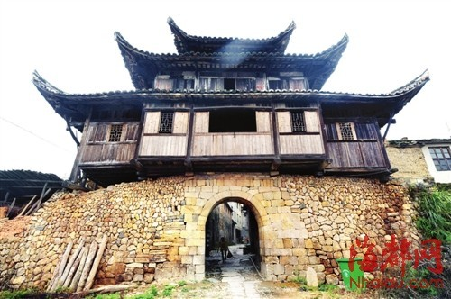 每座城门上,还建有用于瞭望的谯楼