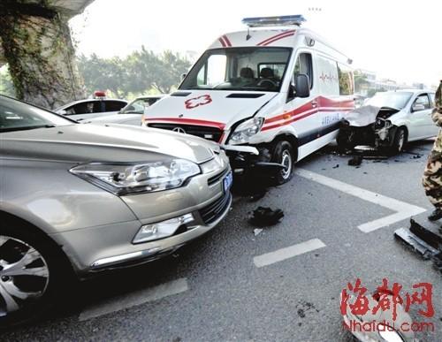 救护车被两部小车夹在中间