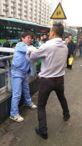 福州小车占公交车道 驾驶员下车打公交司机