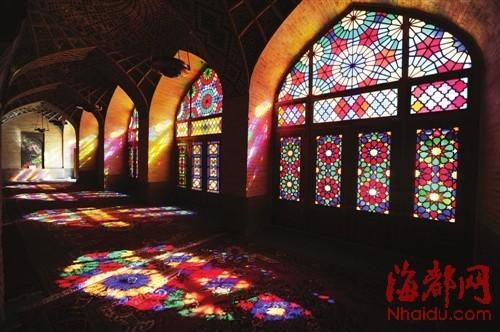 设拉子粉红清真寺的格子花窗,缤纷色彩,凝滞时光