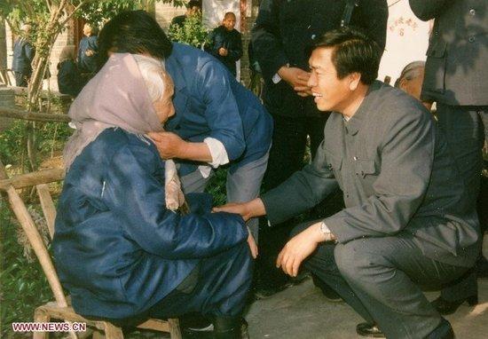 时任民政部副部长、党组副书记的张德江(时间约在1986—1990年期间)在农村调研期间,看望河南一位百岁老人。