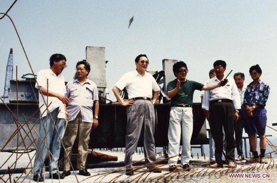 1994年,时任山东省委常委、青岛市委书记的俞正声考察青岛跨海高速公路的建设情况。