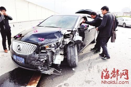 婚车车头被撞,车上还装点着喜庆的饰物