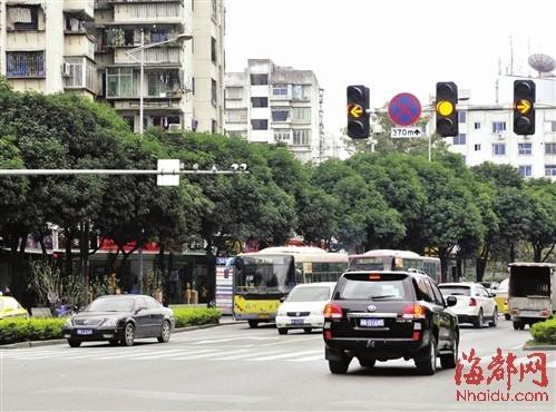 昨日,记者在福州六一路口看到,黄灯亮起时,车子减速停下
