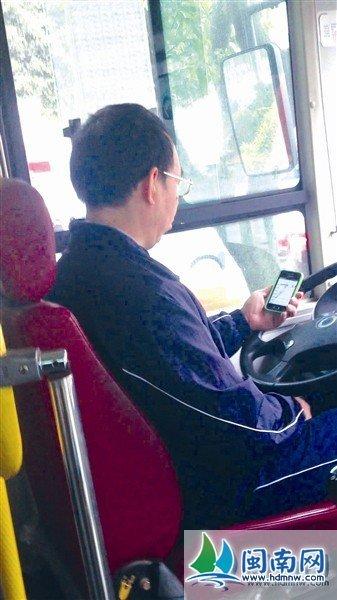 司机不停看手机(视频截图)