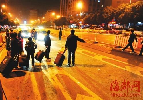 福州火车站晚上十点后,乘客多,的士少,很难打到车