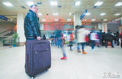 昨日在市区客运中心站内,不少旅客提前排队购票。(王柏峰 摄)