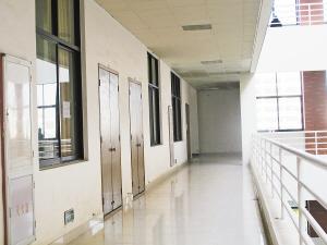 男生就在2楼走廊情绪失控。报料人 摄